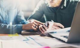 framför affärsidéen isolerade mötet 3d white Ung businessmansbesättning för foto som arbetar med nytt startup projekt i modern vi Royaltyfri Bild