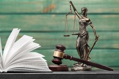 framför den guld- rättvisasockeln för begreppet 3d scalen Royaltyfri Foto