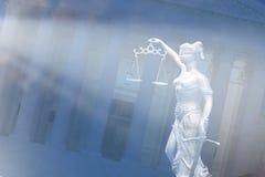 framför den guld- rättvisasockeln för begreppet 3d scalen Royaltyfri Fotografi