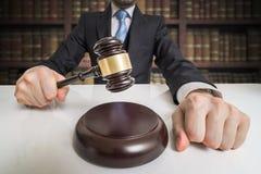 framför den guld- rättvisasockeln för begreppet 3d scalen Advokaten slår med auktionsklubban Royaltyfri Bild