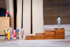 framför den höga isolerade stegen för karriären 3d upplösning vit Framtiden av arbets-, konkurrens- och affärsbakgrund Färgrika m Royaltyfri Fotografi