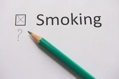 framförd anti bild som 3d avslutas rökning ordet ATT RÖKA är skriftligt på vitbok med korset Fotografering för Bildbyråer