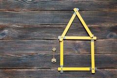 framförd husbild för begrepp 3d Roulett i form av huset med en nyckel- ove Arkivfoto