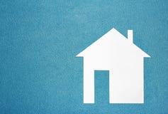 framförd husbild för begrepp 3d Vitbokhus på blått texturerad bakgrund Arkivfoto