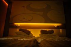 framförd inre blixt för omgivande sovrum 3d modernt hotell Royaltyfri Foto