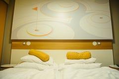 framförd inre blixt för omgivande sovrum 3d modernt hotell Royaltyfri Bild