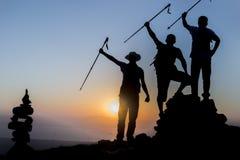 framgång av utforskning i bergen Arkivfoto
