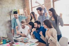 Framgång och lagarbetsbegrepp Grupp av affärspartners med r royaltyfri bild