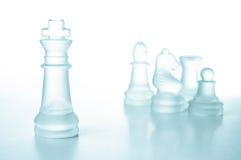 Framgång- och ledarskapbegrepp, glass schackkonung Arkivbild
