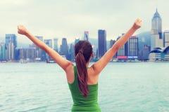 Framgång- och prestationkvinna som segrar i stad Royaltyfri Foto