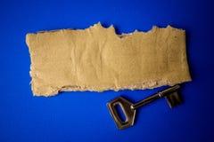 FRAMGÅNG som ÄR BEGREPPSMÄSSIG med det lantliga bruna brädet och tangent arkivfoto