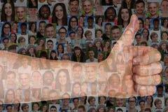 Framgång tummar upp lyckat tecken med grupp människor Royaltyfria Bilder