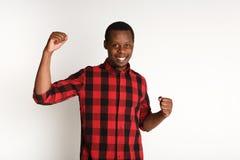 Framgång upphetsad svart man med lyckligt ansiktsuttryck arkivfoton