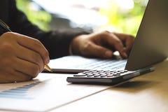 Framgångaffärsman som kontrollerar rapportvinst på papper med resning arkivbilder