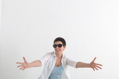 Framgångrealitetsinnesrörelser Lycklig ung kvinna i den vita skjortan och solglasögon som sträcker händer framåt och att önska at Royaltyfri Bild