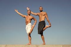 Framg?ng ?r stadigt framsteg Muskul?sa m?n g?r sporten och kondition M?n med muskul?sa kroppar Uppn? framg?ng i sport royaltyfri foto