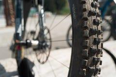 Framhjul av cykeln i detaljen, oskarp bakgrund Arkivfoto