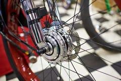 Framhjul med den elektriska motorn av den moderna cykeln Royaltyfri Bild