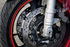 Framhjul och bromsamekanism av en cyklistmotorcykel V?gs?kerhet royaltyfri foto