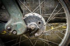 Framhjul och rostigt avgasrör av en grungy styl för tappningmoped Royaltyfria Bilder