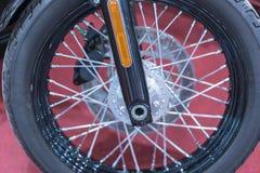 Framhjulmotorcykel Closeup av motorcykelframhjulet och eker med fokusen på mitthjulskiva arkivbild