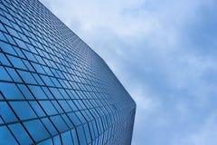 Frami esteriore degli alberi del cielo blu di riflessione di vetro nuvoloso del grattacielo fotografie stock