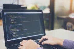 Framkallande programmera och att kodifiera teknologier på skrivbordvit, Websitedesignen, programmerare som arbetar i en programva royaltyfria bilder