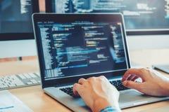 Framkallande programmerareDevelopment Website design och kodifiera teknologier som arbetar i kontor för programvaruföretag royaltyfri fotografi