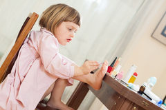 Framkallande skicklighet för flicka på lekplatsen arkivbild