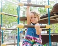 Framkallande skicklighet för flicka på lekplatsen royaltyfri foto