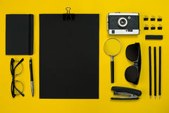Framkallar lekmanna- skärm för lägenheten av grejer för affärskontoret med notepaden, tappningkameran, penna, exponeringsglas och Fotografering för Bildbyråer