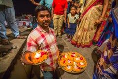 Framlägga blommor och stearinljus till heliga Ganges River Fotografering för Bildbyråer