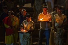 Framlägga blommor och stearinljus till heliga Ganges River Arkivbild