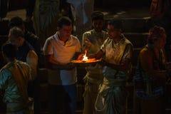 Framlägga blommor och stearinljus till heliga Ganges River Royaltyfri Foto