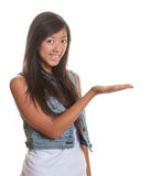 Framlägga den asiatiska kvinnan på en vit bakgrund Arkivbilder