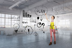 Framlägga hennes plan för affärsframgång Arkivbild