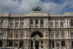 Frammenti architettonici del palazzo di giustizia Corte Suprema di Cassazione Progettazione dell'architetto Guglielmo Calderini d Fotografia Stock