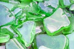 Frammenti bagnati del vetro verde della spiaggia Fotografie Stock Libere da Diritti