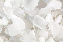 Frammenti bianchi del vetro della spiaggia Fotografie Stock Libere da Diritti