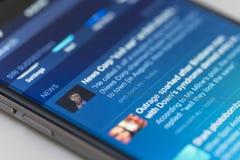 Frammenti delle notizie sul iPhone che esegue IOS 9 Immagine Stock Libera da Diritti