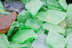 Frammenti verdi del vetro della spiaggia Fotografie Stock