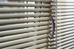 Frammento dei ciechi sulla finestra Potete vedere il cielo attraverso i ciechi fotografia stock libera da diritti