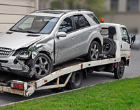 Frammento del camion di rimorchio che sta portando via l'automobile difettosa Fotografia Stock