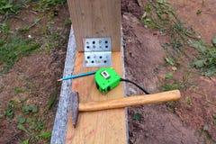 Frammento del fondamento con il martello ed altri strumenti Fotografie Stock