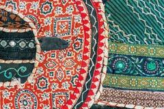 Frammento del fondo della rappezzatura su retro tappeto fatto a mano indiano Coperta d'annata fatta a mano variopinta Immagini Stock Libere da Diritti