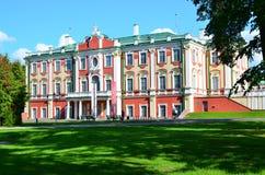 Frammento del palazzo di Kadriorg dell'insieme del parco e del palazzo immagine stock