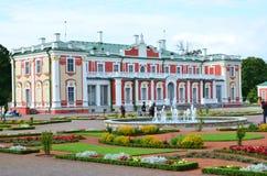 Frammento del palazzo di Kadriorg dell'insieme del parco e del palazzo fotografia stock