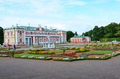 Frammento del palazzo di Kadriorg dell'insieme del parco e del palazzo immagini stock