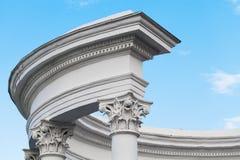 Frammento del portico, colonne bianche sotto il cielo fotografia stock