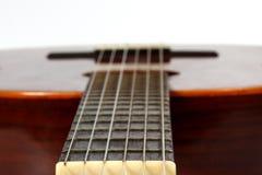 Frammento del primo piano classico della chitarra Fotografie Stock
